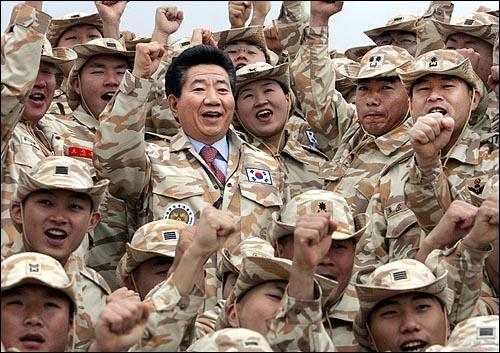 노무현대통령은 프랑스 공식 방문을 마치고 귀국길에 8일 오전(한국시간 8일 오후) 이라크 북부 아르빌 지역에 주둔하고 있는 자이툰 사단을 전격방문, 우리장병들을 격려했다. 노무현대통령은 프랑스 공식 방문을 마치고 귀국길에 8일 오전(한국시간 8일 오후) 이라크 북부 아르빌 지역에 주둔하고 있는 자이툰 사단을 전격방문, 우리장병들을 격려했다.